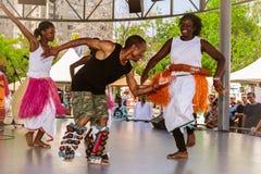 Festival van diversiteitsdans en muziek, groep blije, gelukkige glimlachmensen die van hun tijd genieten door te dansen en pret o stock foto