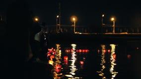 Festival van drijvende verlichtingslantaarns op rivier bij nacht stock video