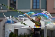 Festival van kleuren, Vrouw met een grote bel Royalty-vrije Stock Foto