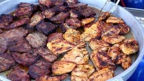 Festival van straatvoedsel Het heerlijke verse vlees is gebraden in een grote pan in straatkoffie stock videobeelden