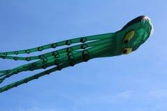Festival van vliegers Er zijn vele gekleurde vliegers in de blauwe hemel stock afbeeldingen
