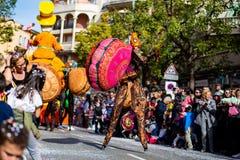 Festival 2019, via Carnaval, tema fantastico dei mondi, ritratto del limone di Menton dell'artista fotografia stock libera da diritti