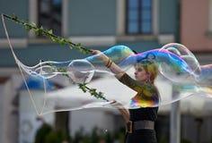 Festival von Farben, Frau mit einer großen Blase Lizenzfreies Stockfoto