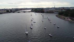 Festival von Yachten in St Petersburg auf dem Fluss neve Segeljachten im Fluss stock video
