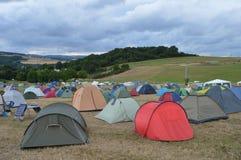 Festivalcampingplats med himmel royaltyfri bild