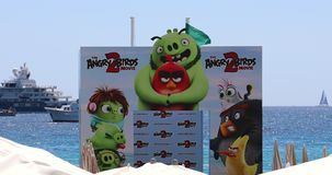 Festivalde Cannes aanplakbord op strand stock videobeelden