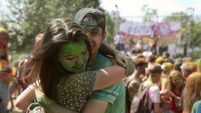 Festivalen av färger, folk kastar målarfärger lager videofilmer