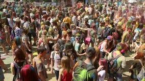 Festivalen av färger, folk kastar målarfärger stock video