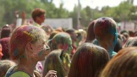 Festivalen av färger, folk kastar målarfärger arkivfilmer