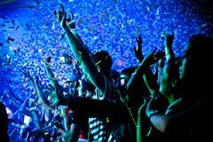 Festivalfolkmassan Hands upp Royaltyfri Foto