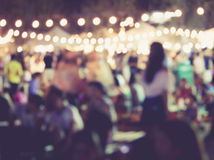 Festivalhändelseparti med suddig bakgrund för folk
