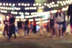 Festivalhändelseparti med suddig bakgrund för folk arkivfoto