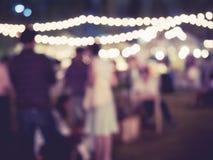Festivalhändelseparti som är utomhus- med suddig folkbakgrund Arkivbild