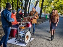 Festivalmusikband Freunde, die auf Instrumentstadt-Herbstpark spielen Stockbild