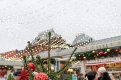 Festivals folkloriques sur le fond de Moscou Kremlin, le traditionnel photos stock