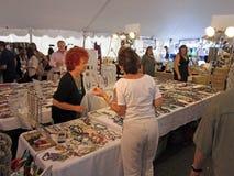 festivalsmyckenförsäljning Arkivbild