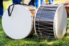 Festivaltrommeln im Freien auf dem Wiesengras Lizenzfreies Stockbild