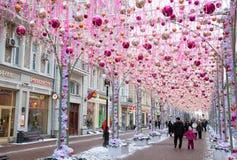 Festivamente adornado por la Navidad y el Año Nuevo la calle vieja de Arbat Imagen de archivo libre de regalías