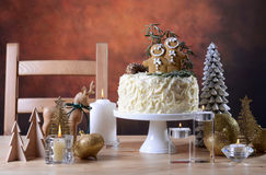 Festive Christmas white chocolate cake with gingerbread men cook Stock Image