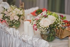 The decoration of the festive table cloth and flowers 7802. Festive tables decorated with cloth and flowers Stock Photography