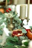 Festively dekorerad banketttabell i restaurangen Nya blommor ?r guld- stearinljus och r?da stolar och granatr?tt dyrt rikt royaltyfri foto