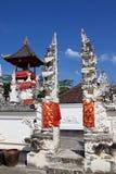 Festively dekorerad hinduisk tempel, Nusa Penida Toyopakeh, prov _ Indonesien Royaltyfri Bild