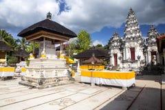 Festively dekorerad hinduisk tempel Pura Ped, i Nusa Penida-Bali, Indon royaltyfri fotografi