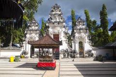 Festively dekorerad hinduisk tempel Pura Ped, i Nusa Penida-Bali, Indon royaltyfria foton