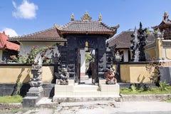 Festively dekorerad hinduisk tempel Pura Ped, i Nusa Penida-Bali, Indon arkivbilder