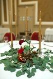 Festively dekorerad rund banketttabell i restaurangen Nya blommor ?r guld- stearinljus och r?da stolar dyrt rikt arkivfoton