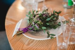 Festively dekorerad tabell i inre av restaurangen Royaltyfri Fotografi