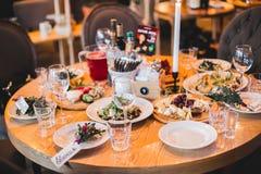 Festively dekorerad tabell i inre av restaurangen Arkivfoto