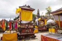 Festively dekorerad tempel under hinduisk ceremoni Nusa Penida-Bali, Indonesien Arkivbilder