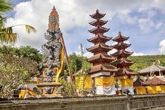Festively dekorerad tempel under hinduisk ceremoni Nusa Penida-Bali, Indonesien arkivbild