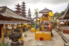 Festively dekorerad tempel under hinduisk ceremoni Nusa Penida-Bali, Indonesien royaltyfria foton
