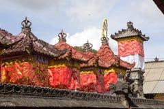 Festively dekorerad tempel under hinduisk ceremoni Nusa Penida-Bali, Indonesien Arkivfoton