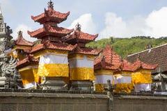 Festively dekorerad tempel under hinduisk ceremoni Nusa Penida-Bali, Indonesien Fotografering för Bildbyråer
