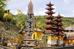 Festively dekorerad tempel under hinduisk ceremoni Nusa Penida-Bali, Indonesien Arkivfoto