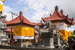 Festively dekorerad tempel under hinduisk ceremoni Nusa Penida-Bali, Indonesien Royaltyfri Bild