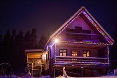 Festively dekorerat för huset för nytt år med en ljus strålkastare arkivfoton