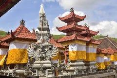 Festively dekorująca świątynia podczas Hinduskiej ceremonii Nusa Bali, Indonezja obrazy stock