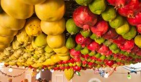 Festively frukter dekorerat tak i samariternahus royaltyfri foto