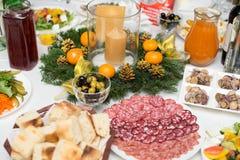 Festively kłaść stół z sałatkami i cięciami obraz stock