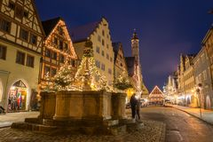 Festively verfraaide fontein dichtbij de Kerstmismarkt in Rothen stock fotografie