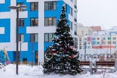 Festively verfraaide Kerstboom in de binnenplaats van een woningbouw met meerdere verdiepingen Moskou, Rusland stock afbeeldingen