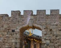 Festively verfraaide voor Kerstmis Nieuwe Poort in de avond in de Oude Stad van Jeruzalem in Israël stock foto's