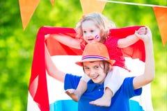 Festividad nacional holandesa de la celebración de dos niños divertidos Imágenes de archivo libres de regalías