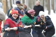 Festividad nacional rusa Maslenitsa Apriete la cuerda imágenes de archivo libres de regalías