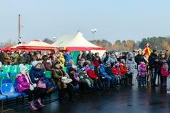 Festividades de Shrovetide en Gomel Los espectadores en un concierto adentro Fotos de archivo