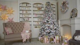 Festività del Natale Casa divertentesi con un albero di Natale e le decorazioni di notte di San Silvestro archivi video